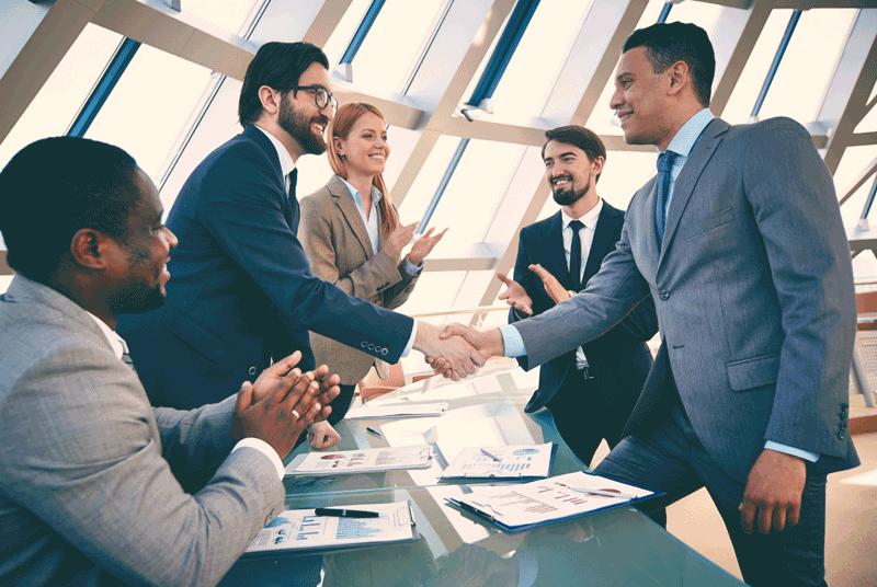 التفاوض على العقود والمناقصات والحد من التعرض للمخاطر المالية والقانونية